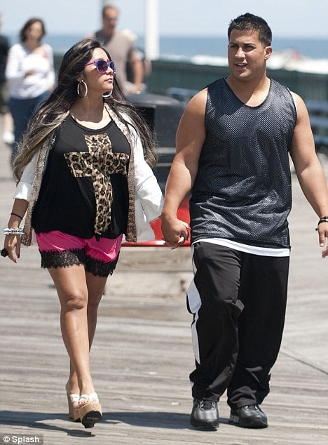 Graphic: Snooki denies leaking leaked nude photos of self.