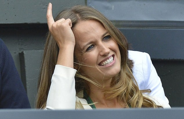 Kim Sears, the girlfriend of  Andy Murray of Britain sits on Centre Court for the men's singles final tennis match between Murray and Roger Federer of Switzerland at the Wimbledon Tennis Championships in London July 8, 2012.   REUTERS/Toby Melville (BRITAIN  - Tags: ENTERTAINMENT SOCIETY SPORT TENNIS)