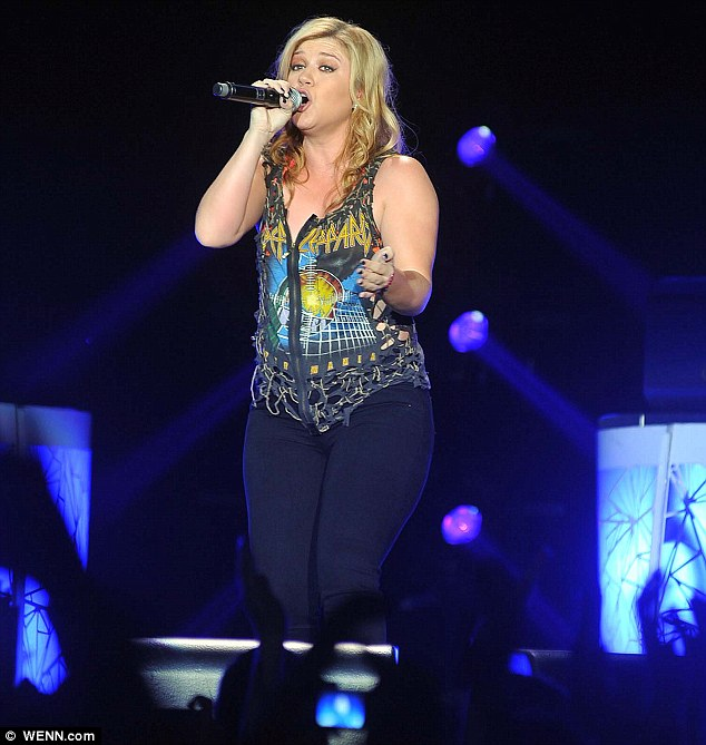 Kelly Clarkson looking a bit more fuller lately?