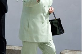 Queen Elizabeth sets a new fashion trend…