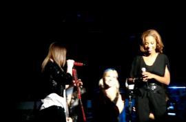 Kelly Clarkson pays tribute to Whitney Houston
