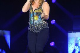 Kelly Clarkson opts for a more fuller figure but fans are not happy. Yo-yoing weight…