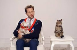Oh look! Here's Derek Blasberg and his eticats giving pointers on Christmas etiquette…