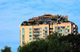 Professor Zhang Lin builds mountain villa on top of apartment complex and is now hated.