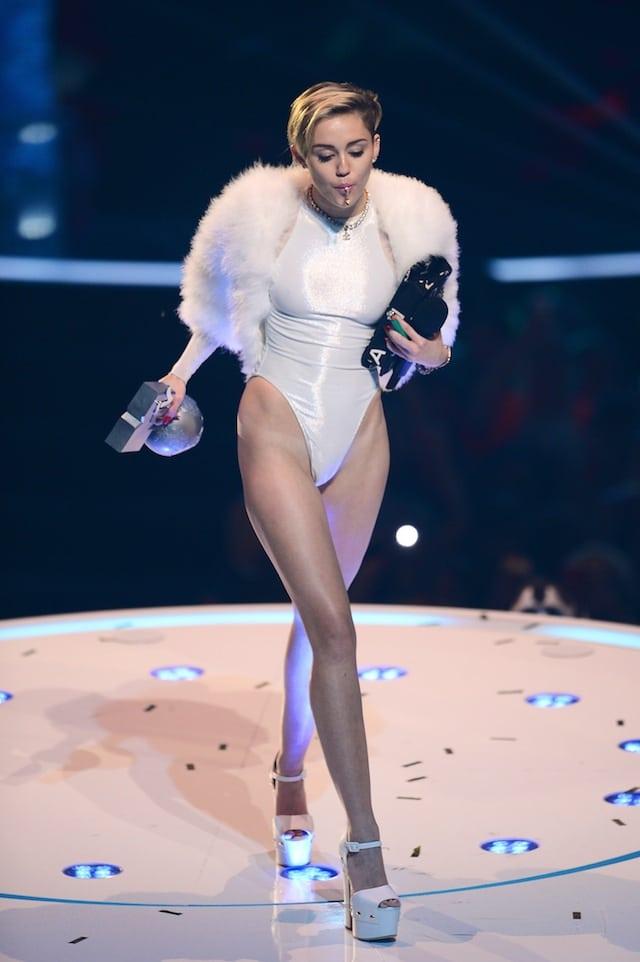 Miley cyrus twerks to bandz a make her dance - 4 5