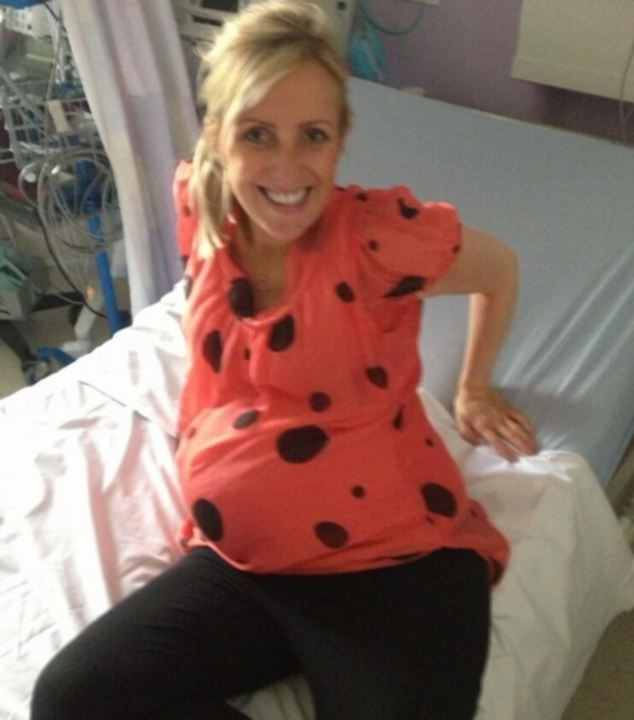 Lyndsey Thomas post live updates on twitter whilst giving birth