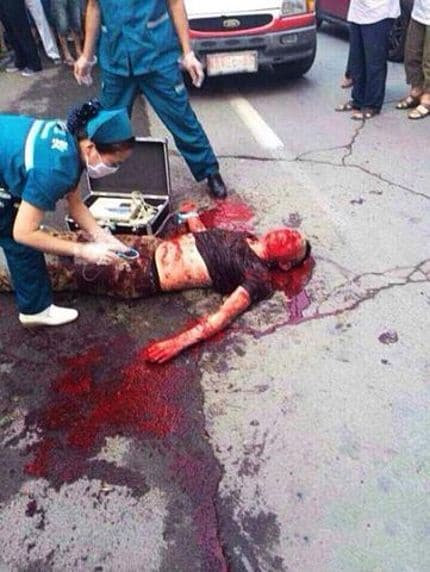(NSFW) Chinese husband stabs his wife's male friend on street after believing the pair to have affair