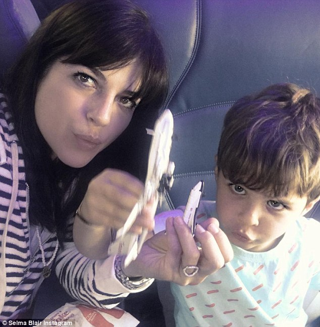 Selma Blair drunk taken off plane